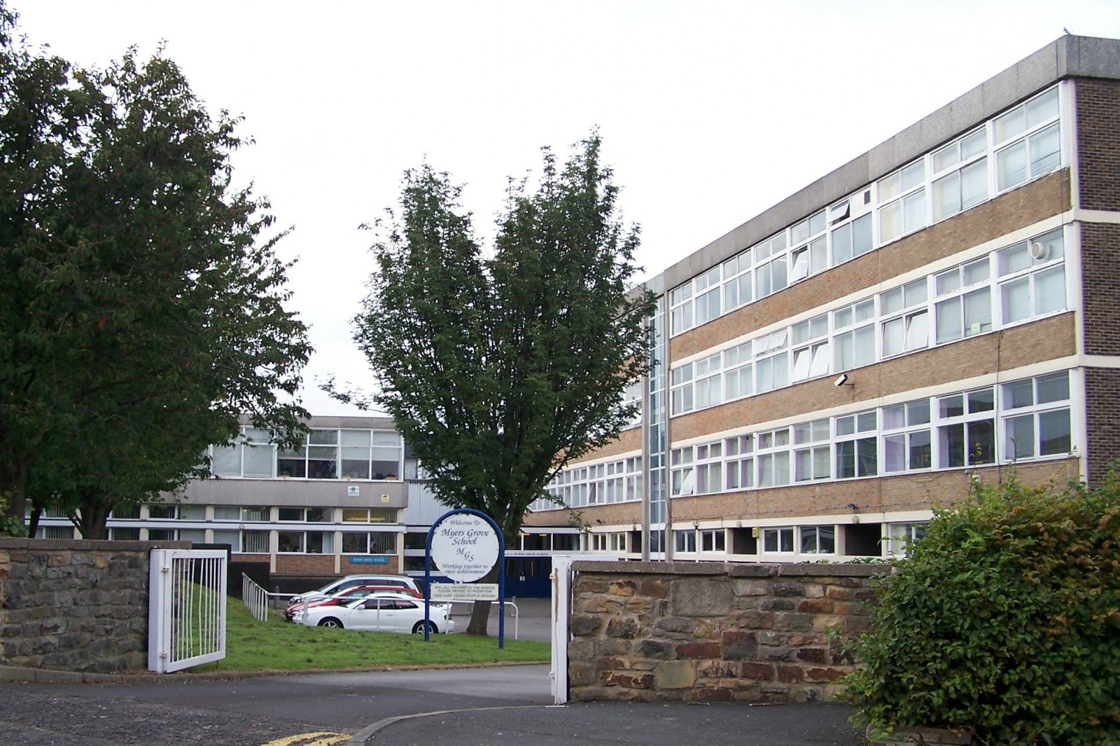 Myers_Grove_Secondary_School,_Wood_Lane,_Sheffield_-_2_-_geograph.org.uk_-_1703824.jpg