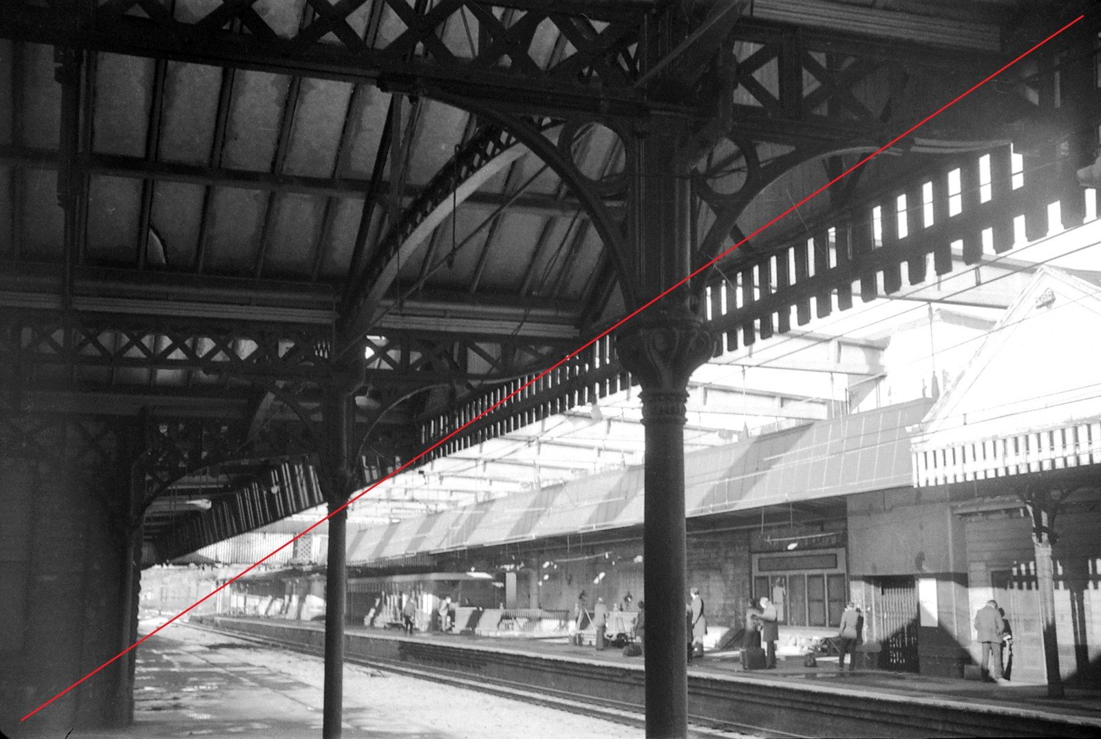 SVTS007-Sheffield Victoria Railway Station-(from down main to up main platforms)-20-01-1973-web copy.jpg