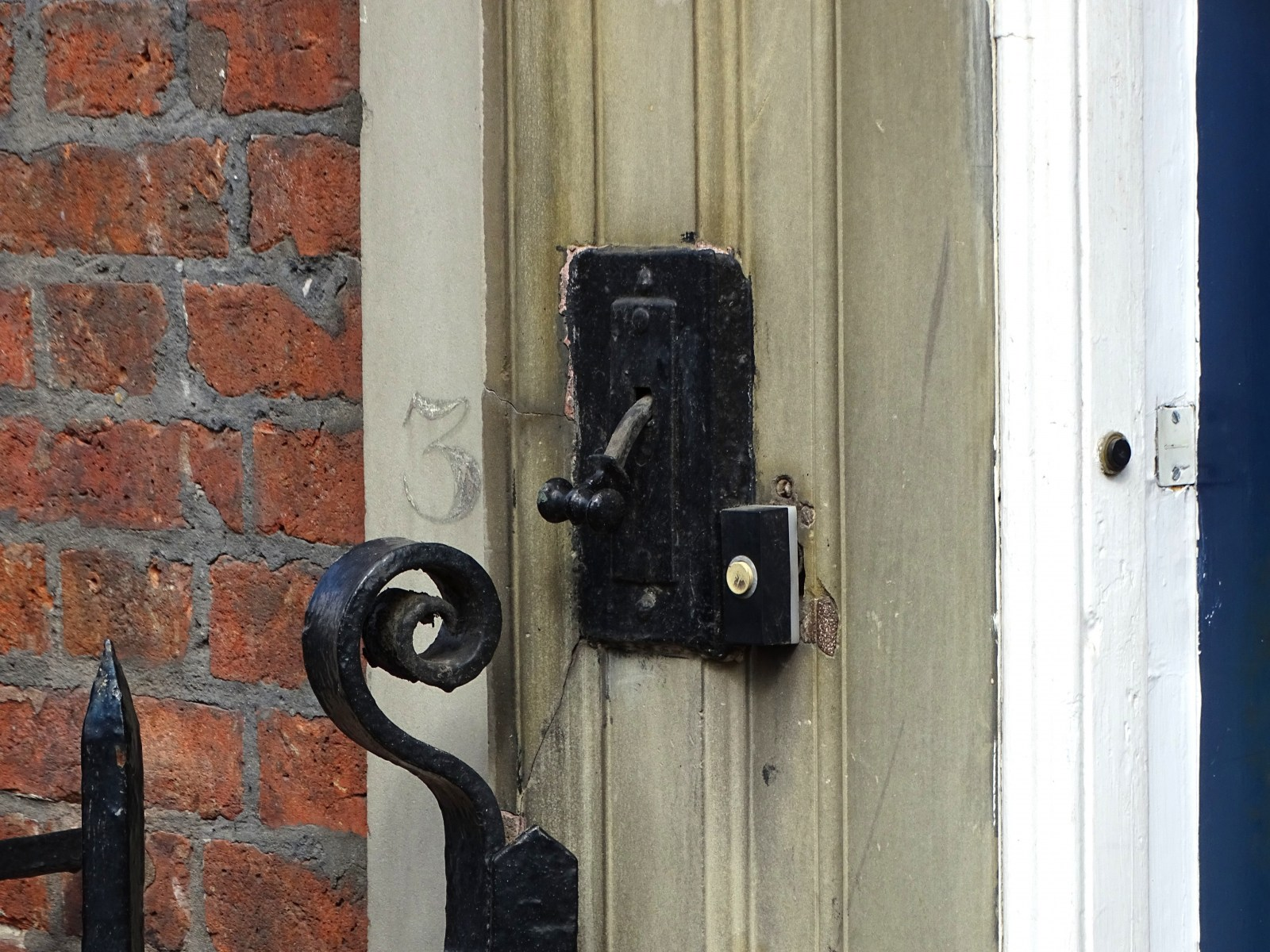 18th_century_Bell_Pull_on_Old_Bankers_House_No_3_Hartshead_(home_of_the_Broadbent_Family).jpg