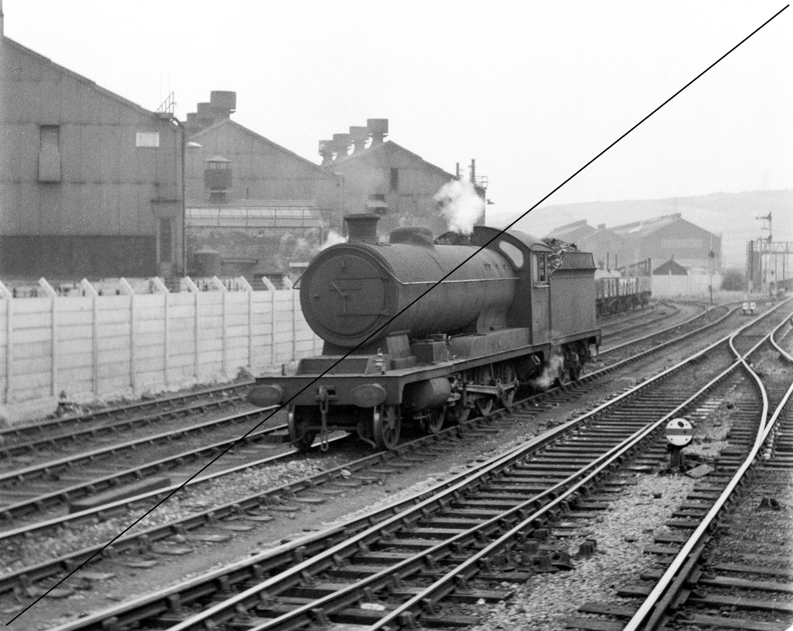 CAIMF627-GO.435-1914, Class 04-8, No.63624, (Shed No. 41A, Darnall), near Tinsley South Junction S.B., looking towards Tinsley West Junction, with Hadfield and Co. Ltd., East Hecla Works on L.H.S.-03-09-1960.jpg